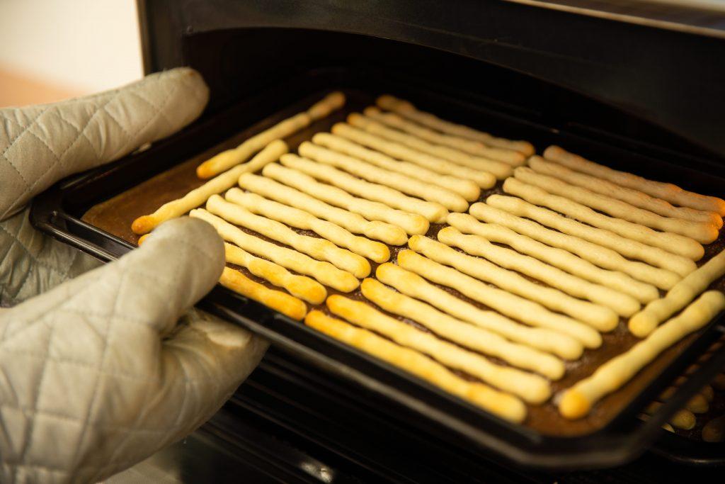 グリッシーニを焼いている様子。